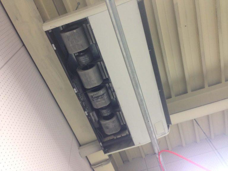 名古屋市東区で三菱製天井吊り下げエアコンクリーニング